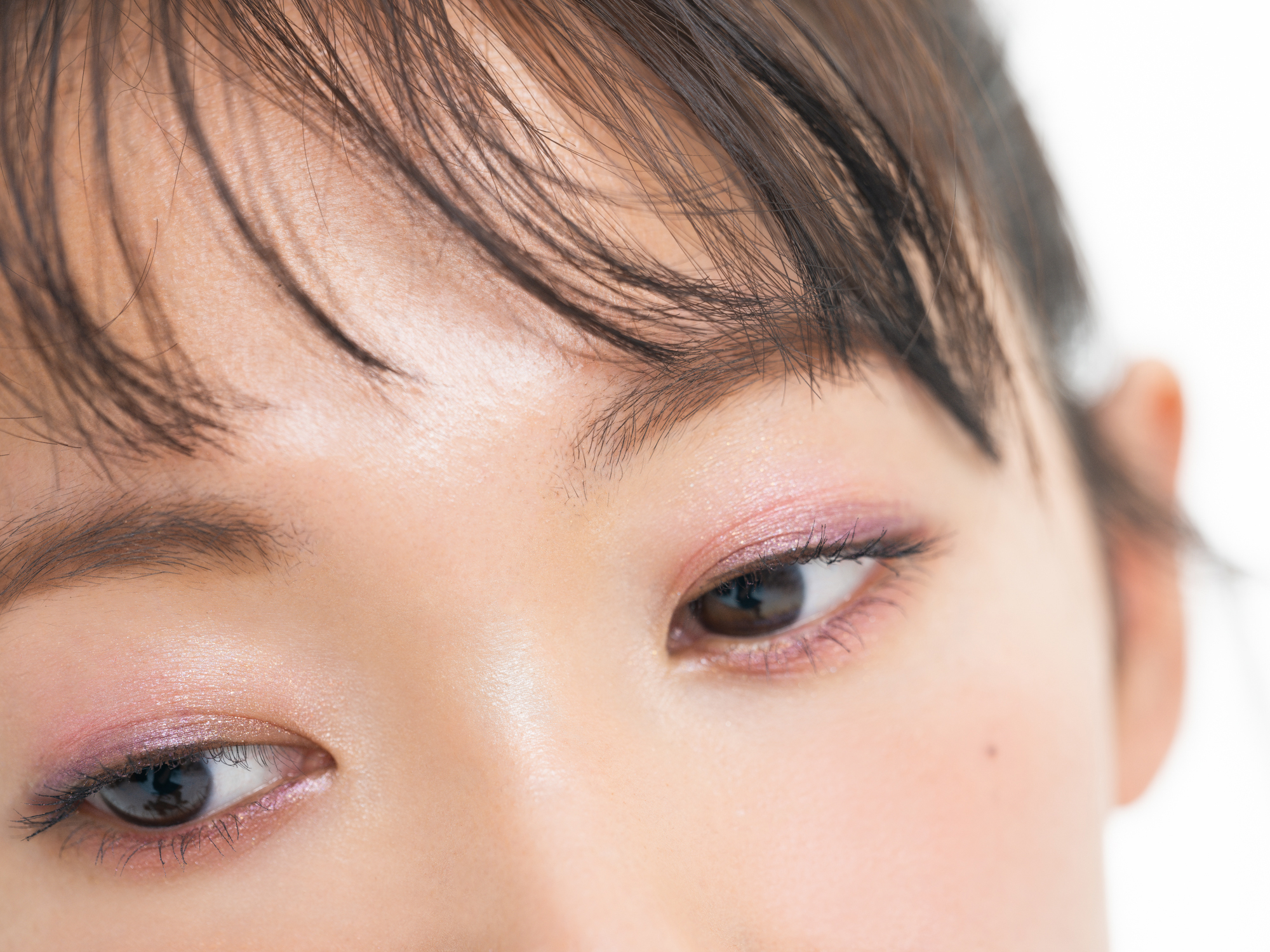 眉毛は薄く、目は縦に大きく