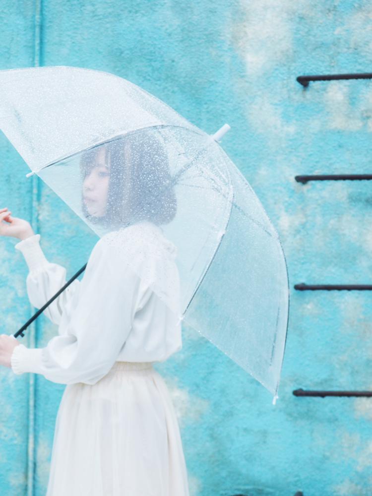 アガパンサスの季節は相合傘が似合う。愛を意味する花にちなむ、雨デートプラン