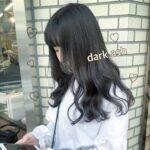 ダークアッシュのヘアカラーの女性