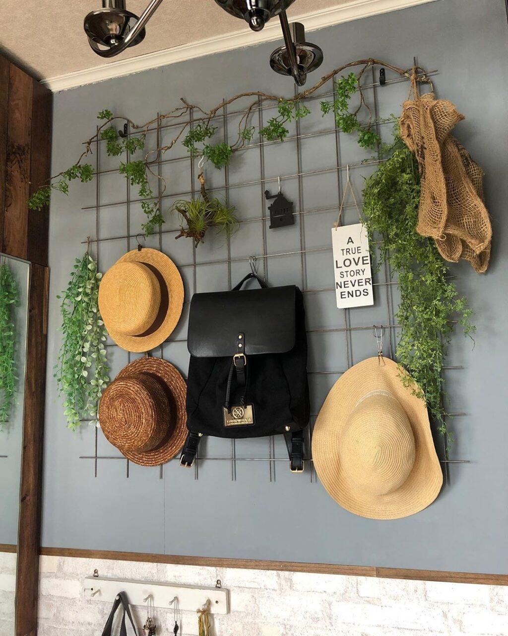 ファッション小物の見せる収納術♡ベルトや帽子をセレクトショップのように並べて