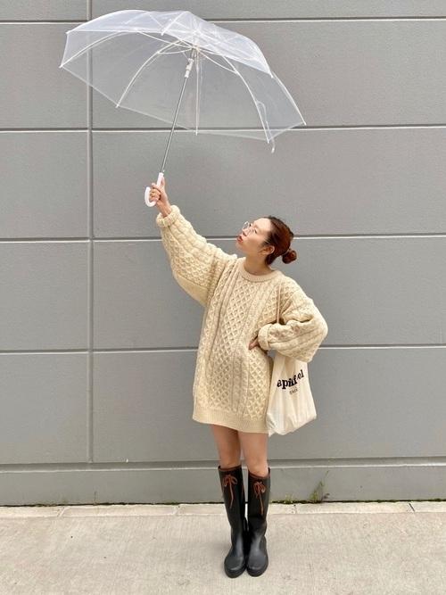 傘が顔を隠すから。お洋服だけで10m先から可愛いをGETする、雨の日勝負コーデ