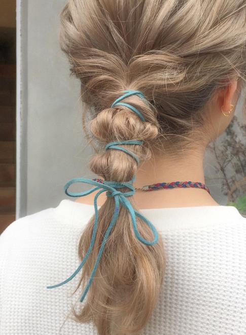 髪と紐を交差するように結んだローポニーテール