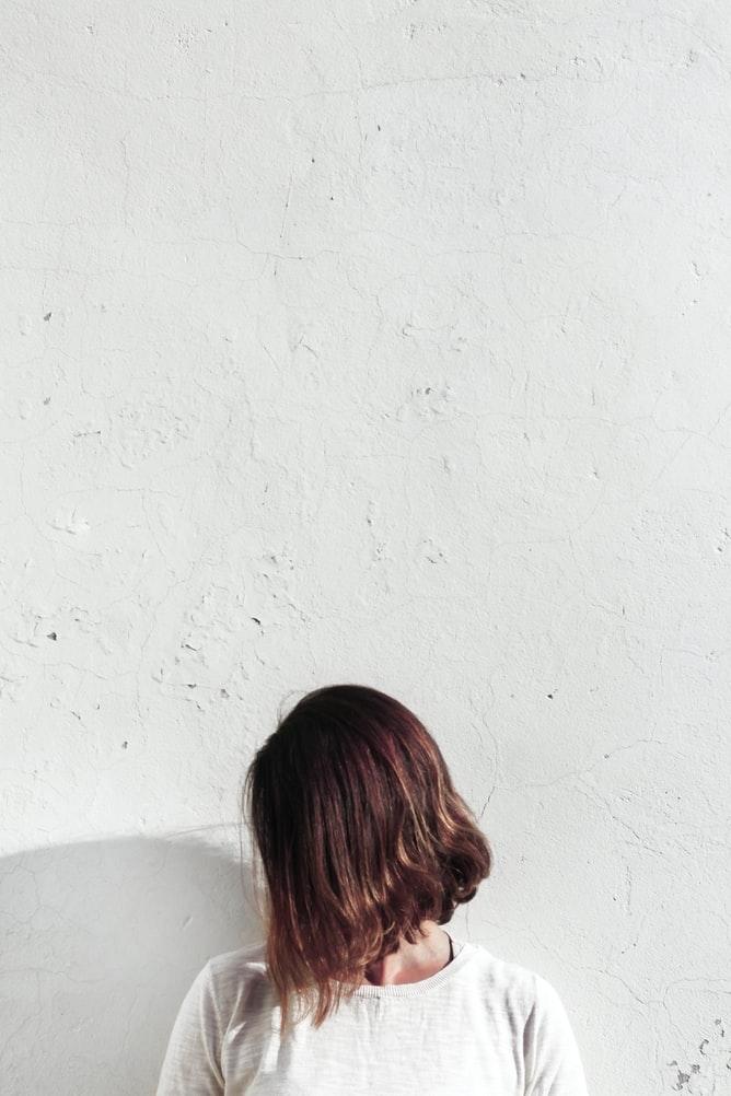 01 なりたい分け目を決めて髪を濡らす