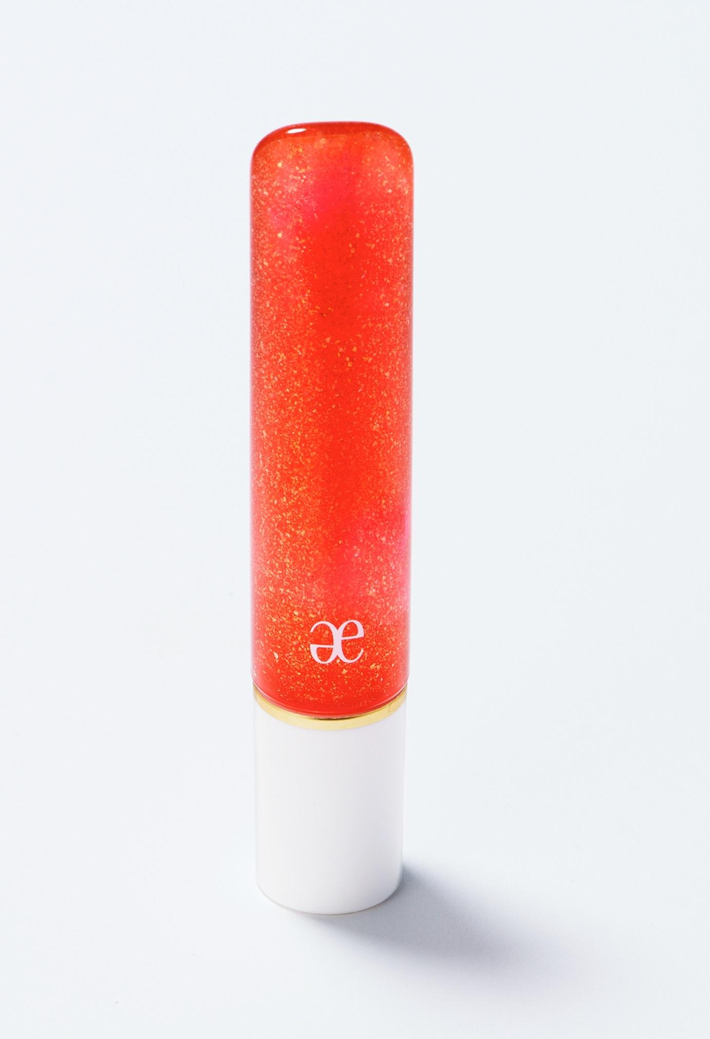 ラメ入りのオレンジグロスでフレッシュな唇に