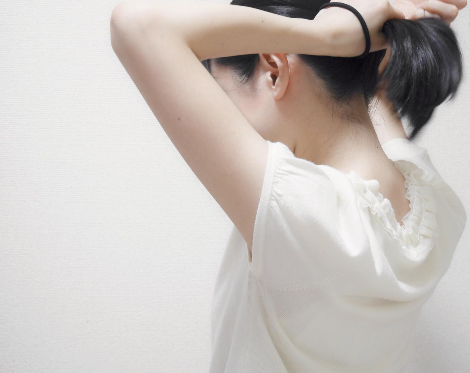 仕草① 髪を結ぶ