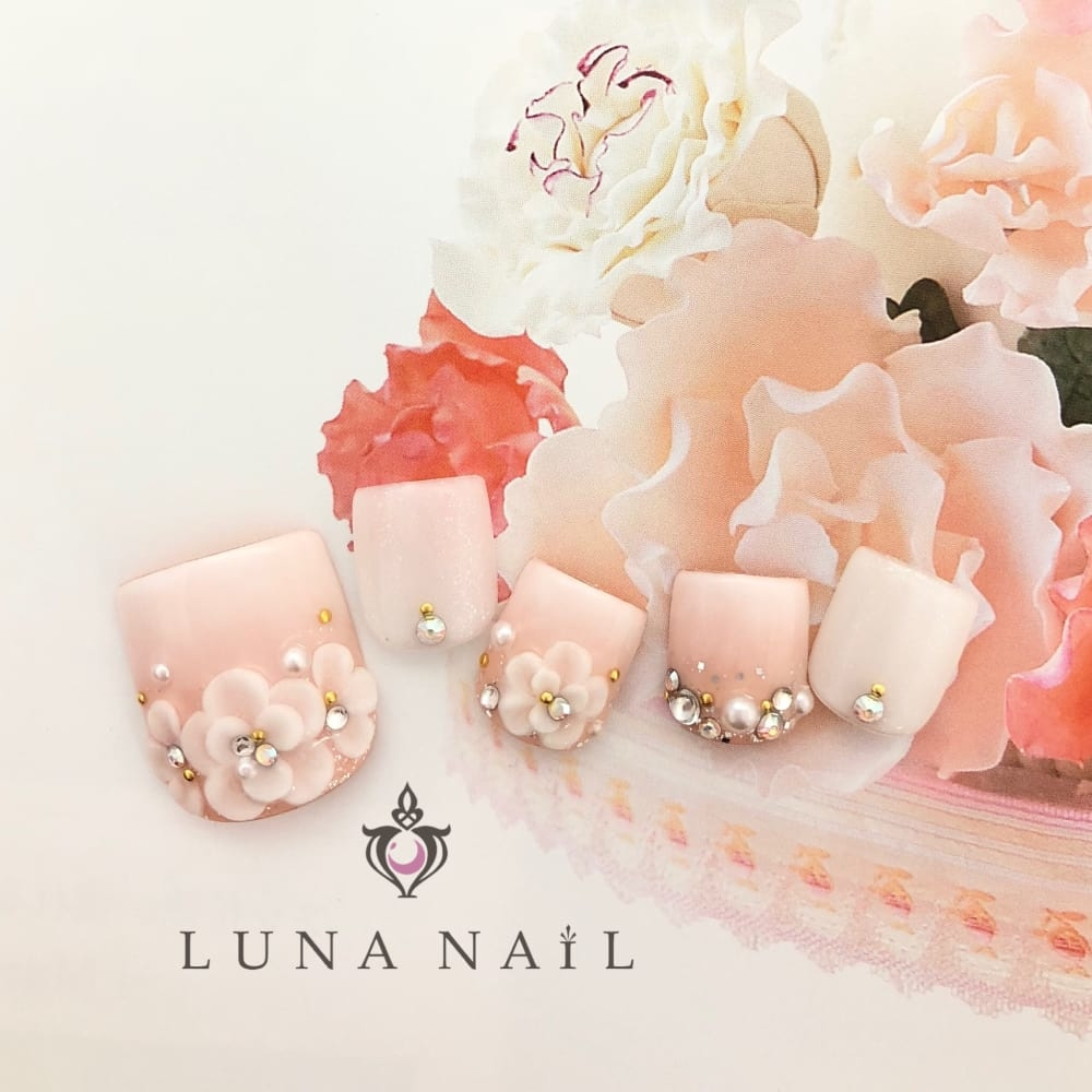 白×ピンク:グラデーションが◎な花嫁ネイル