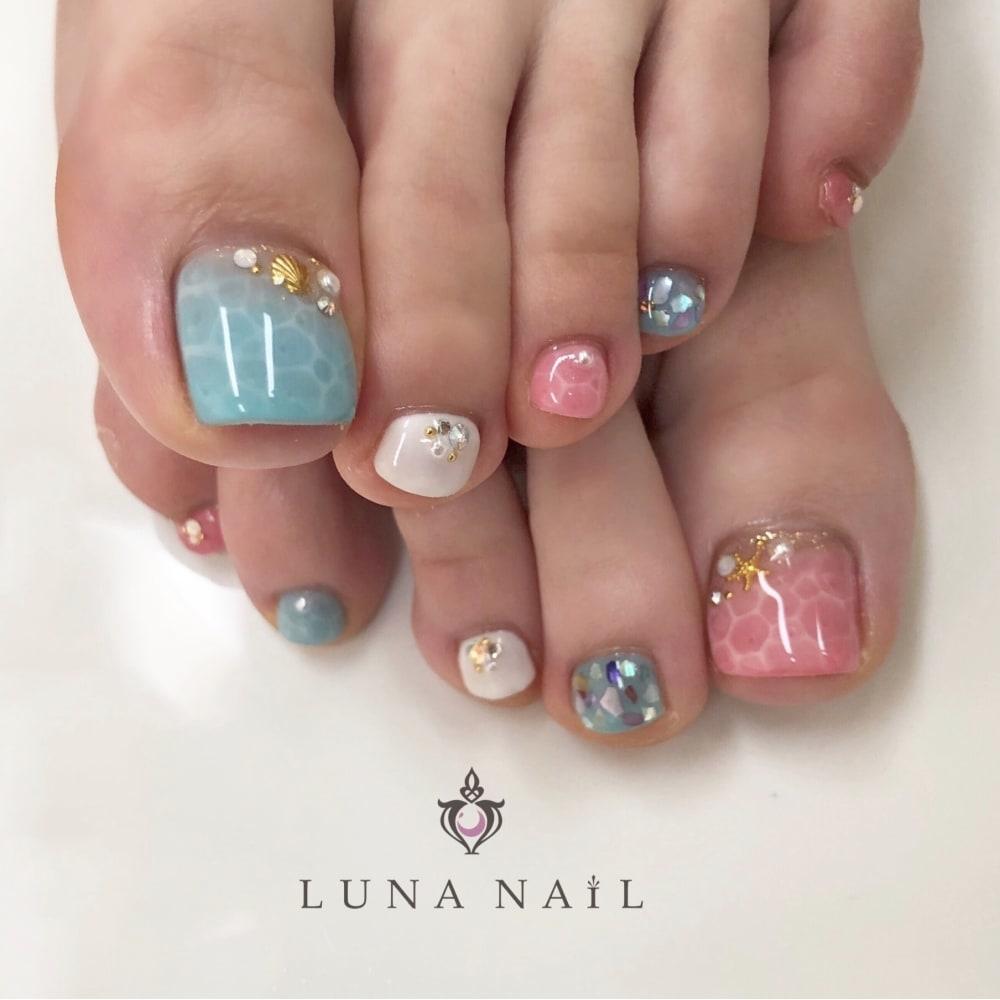 白×水色×ピンク:夏が楽しみになる水面ネイル