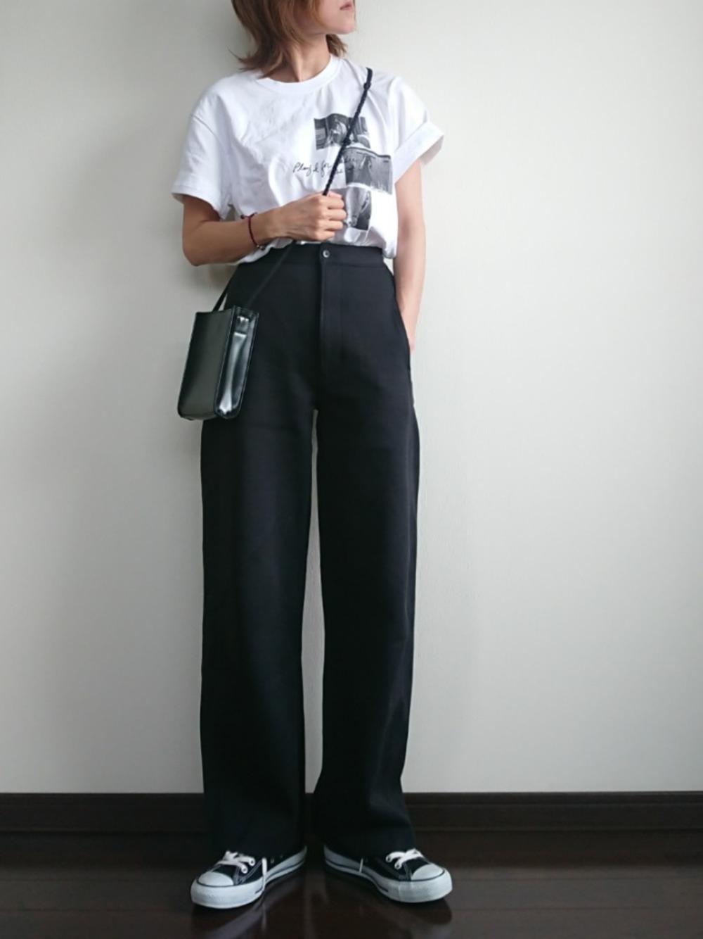 6|白TをズボンにINしてすっきりとしたコーデに