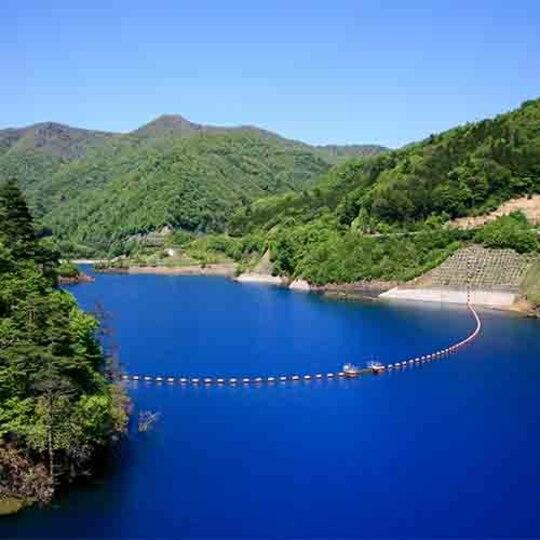 四万ブルーと呼ばれる青い湖 奥四万湖