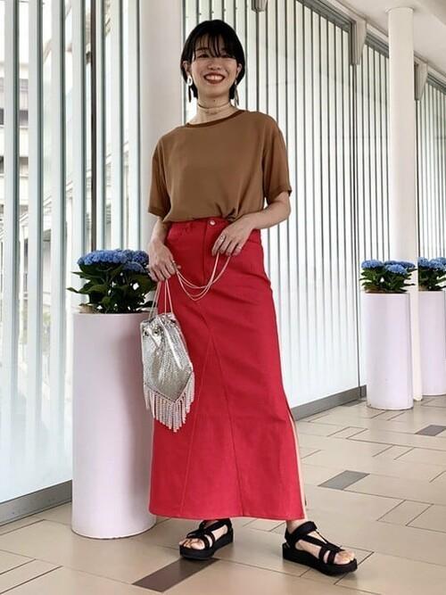 真っ赤なスカートとメタルバッグで攻める