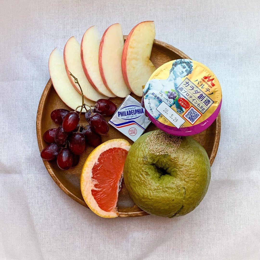 健康的にフルーツやヨーグルトをのせて
