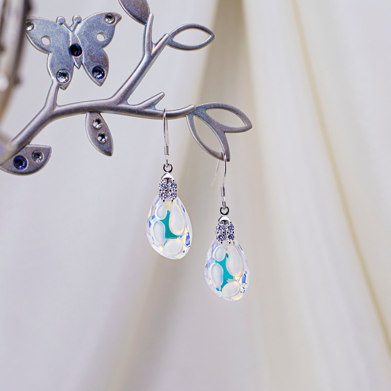 White color raindrop crystal earrings