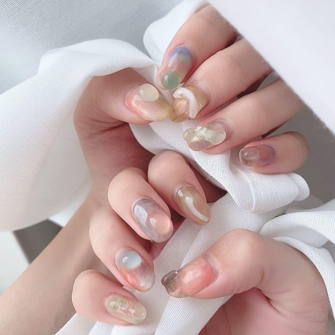 指先を潤す透け感ぷるん。夏ネイルは涼しげなデザインで爽やかに仕上げて