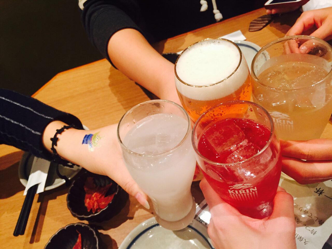 お酒は楽しくほどほどに。少しハードな飲み会の、前と最中にしておきたい4つの対策