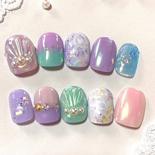 キラキラ輝く海と鱗と貝殻。3つのネイルデザインでつくるマーメイドの世界。