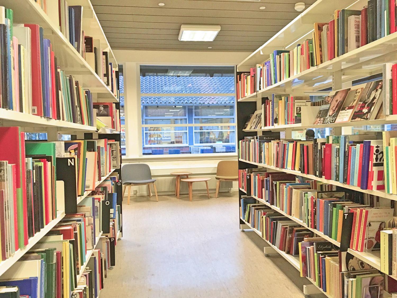 近所の図書館