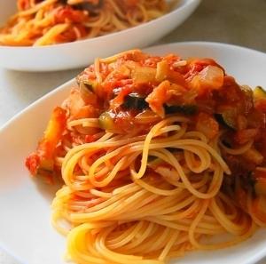 ツナとズッキーニのトマトソースパスタ