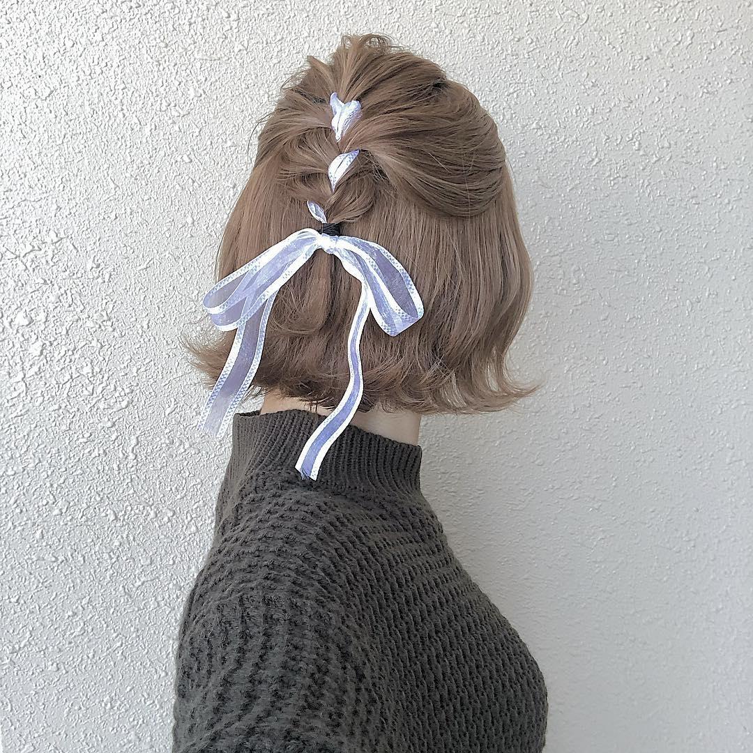 リボン編み込みでキュートなバックスタイル