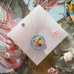 「ほっこり」が素敵でしょ?丁寧に作られた、美しい刺繍アクセサリーの世界