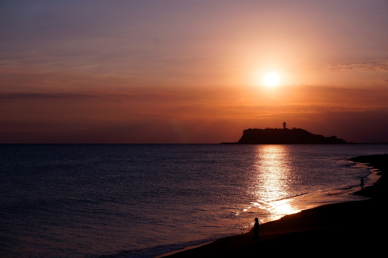 3:夕日をバックに砂浜を駆け回る
