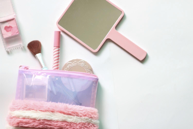 鏡とピンクマニキュア