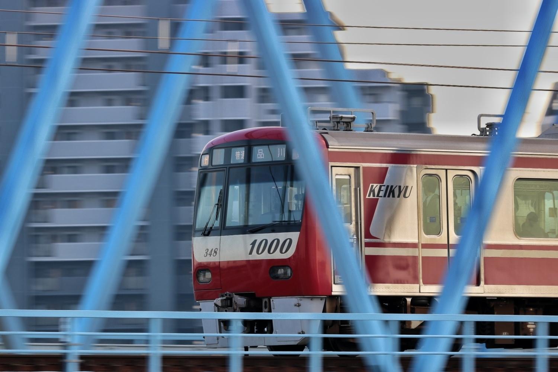 赤い電車がシンボルです