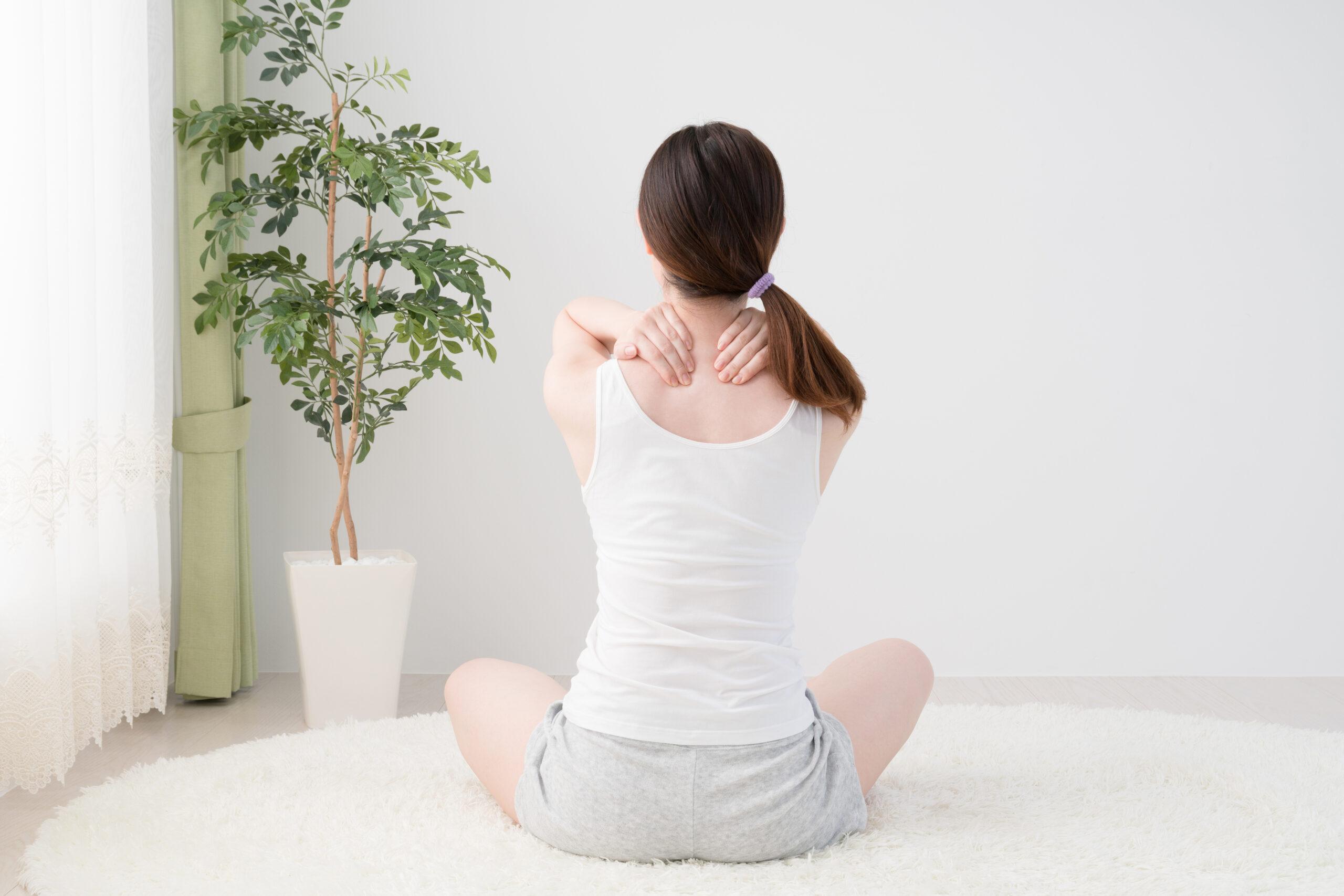 ⑤ 肩をほぐし、首に向かってマッサージする