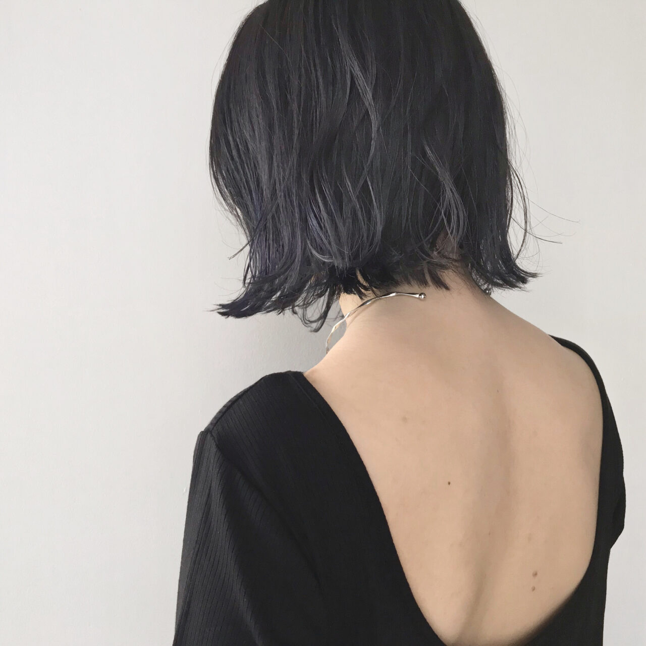 大胆な背中空きの服を着た女性の後ろ姿