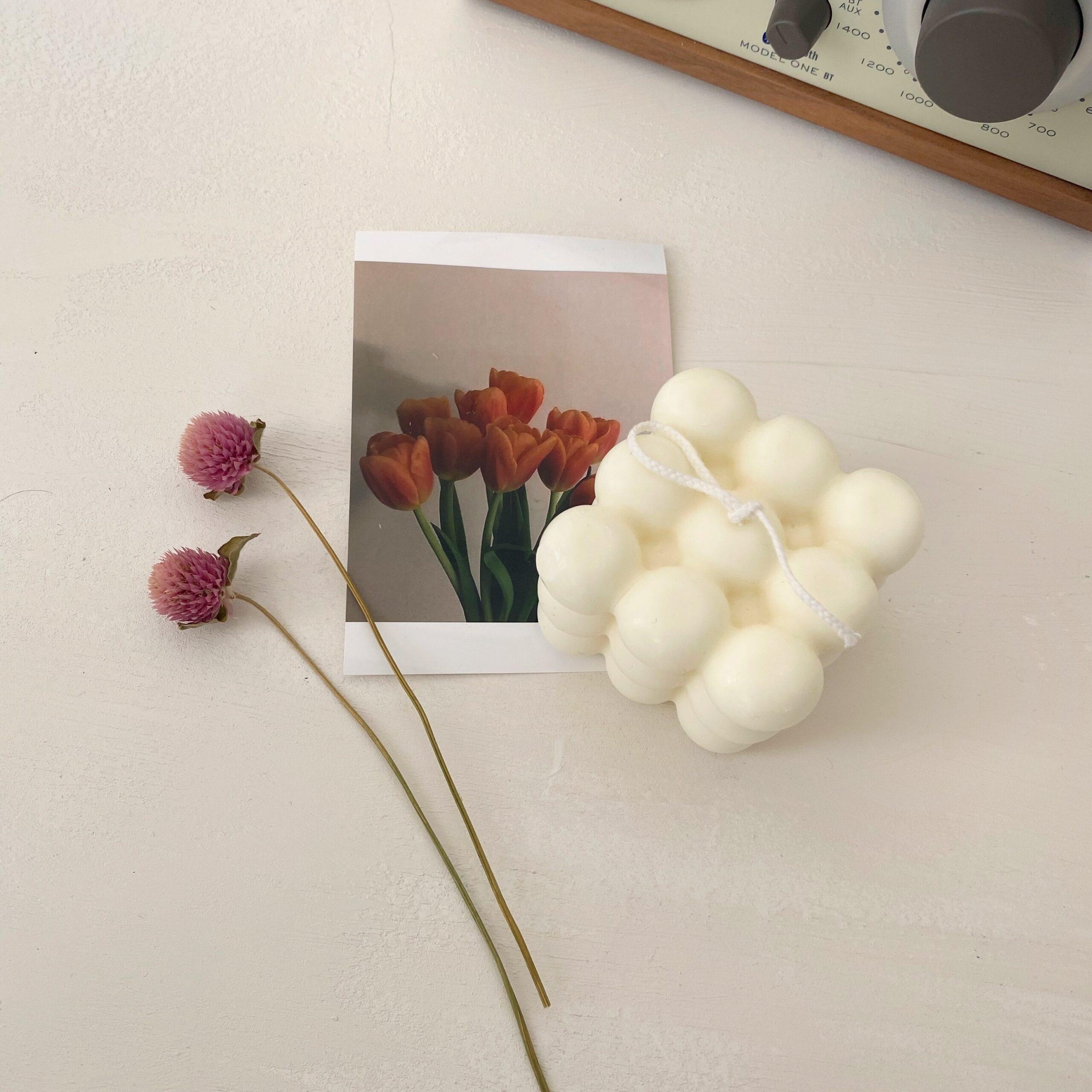 ポストカードやお花を添えてお洒落に演出