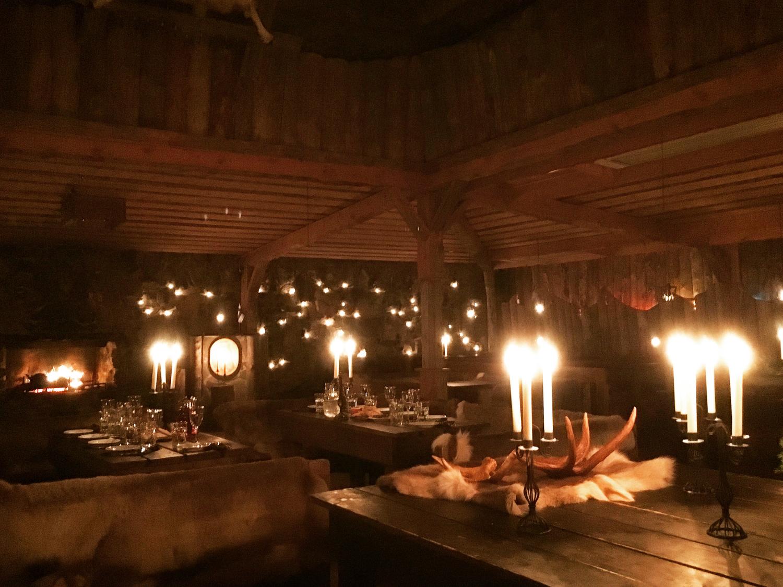 19:00|暗めの照明のレストランでディナー