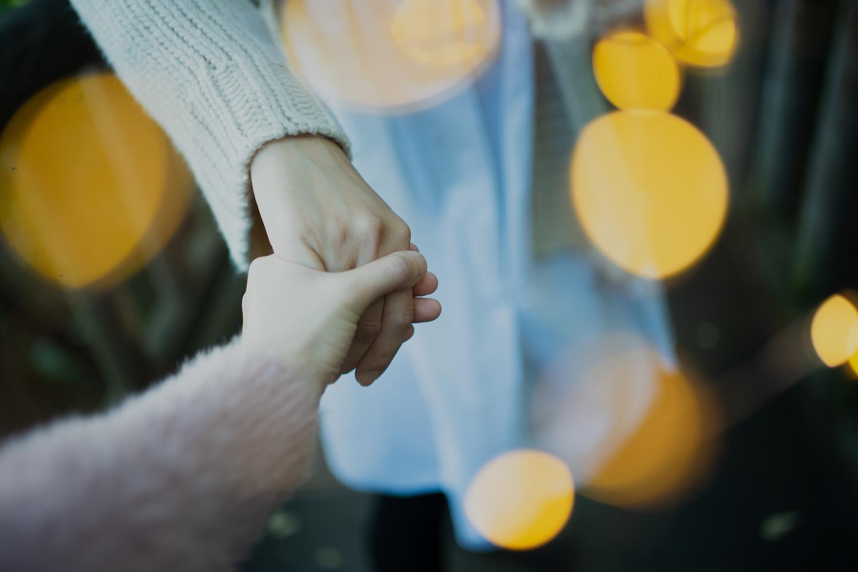 バレないように手を繋ぐ