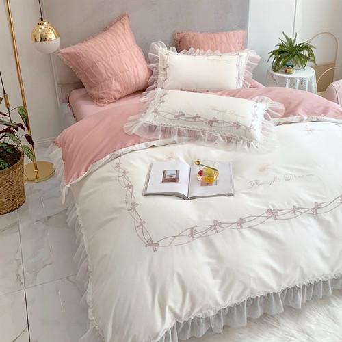 ベッドはリラックスできる色味で