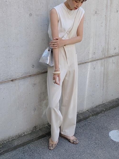 (3)淡色ワントーンには、銀色バッグ