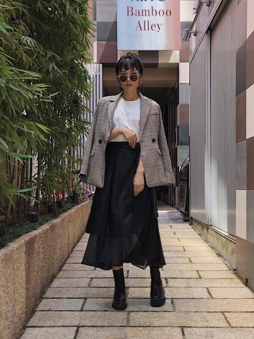 ジャケット+スカートがアンバランスな美しさ