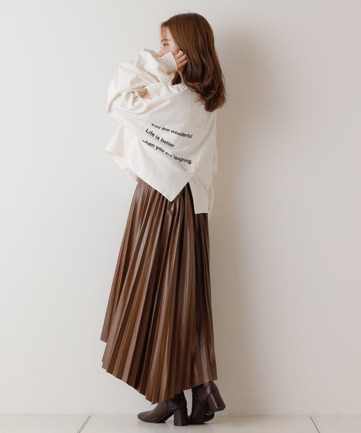 はっきりとしたカラーのスカートでメリハリを