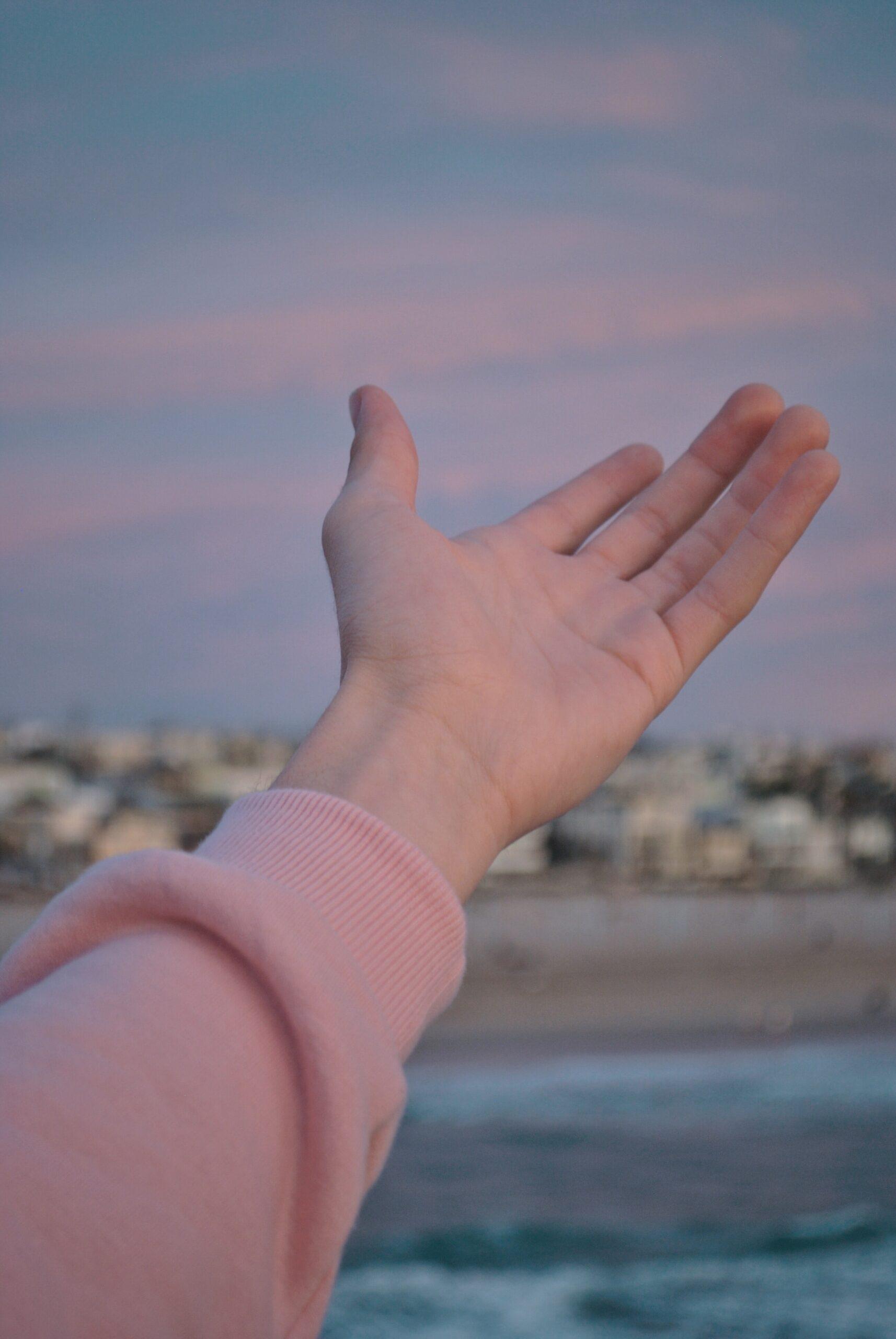 指が肌に触れないように