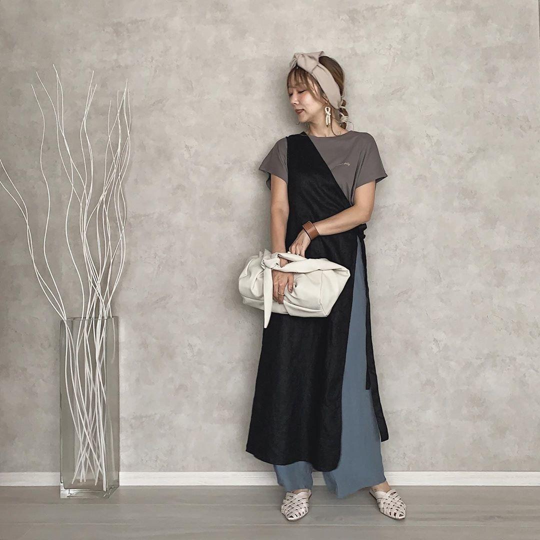 立ちながらバッグを手に持っている女性