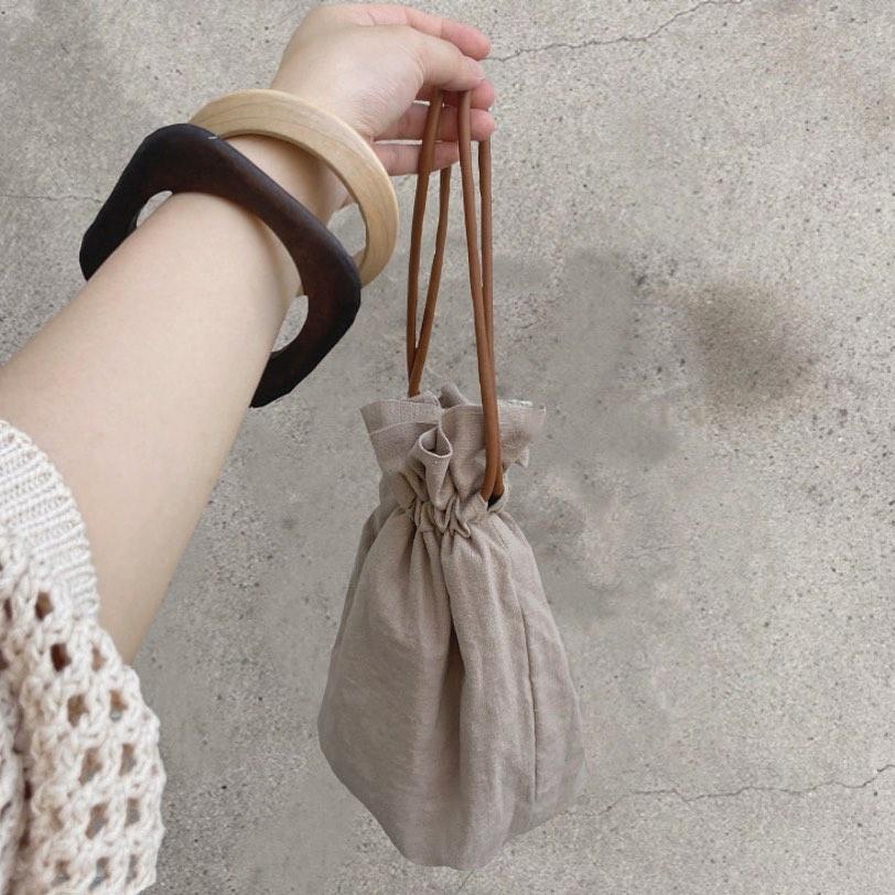 淡色系コーデに加えたいナチュラル巾着バッグ