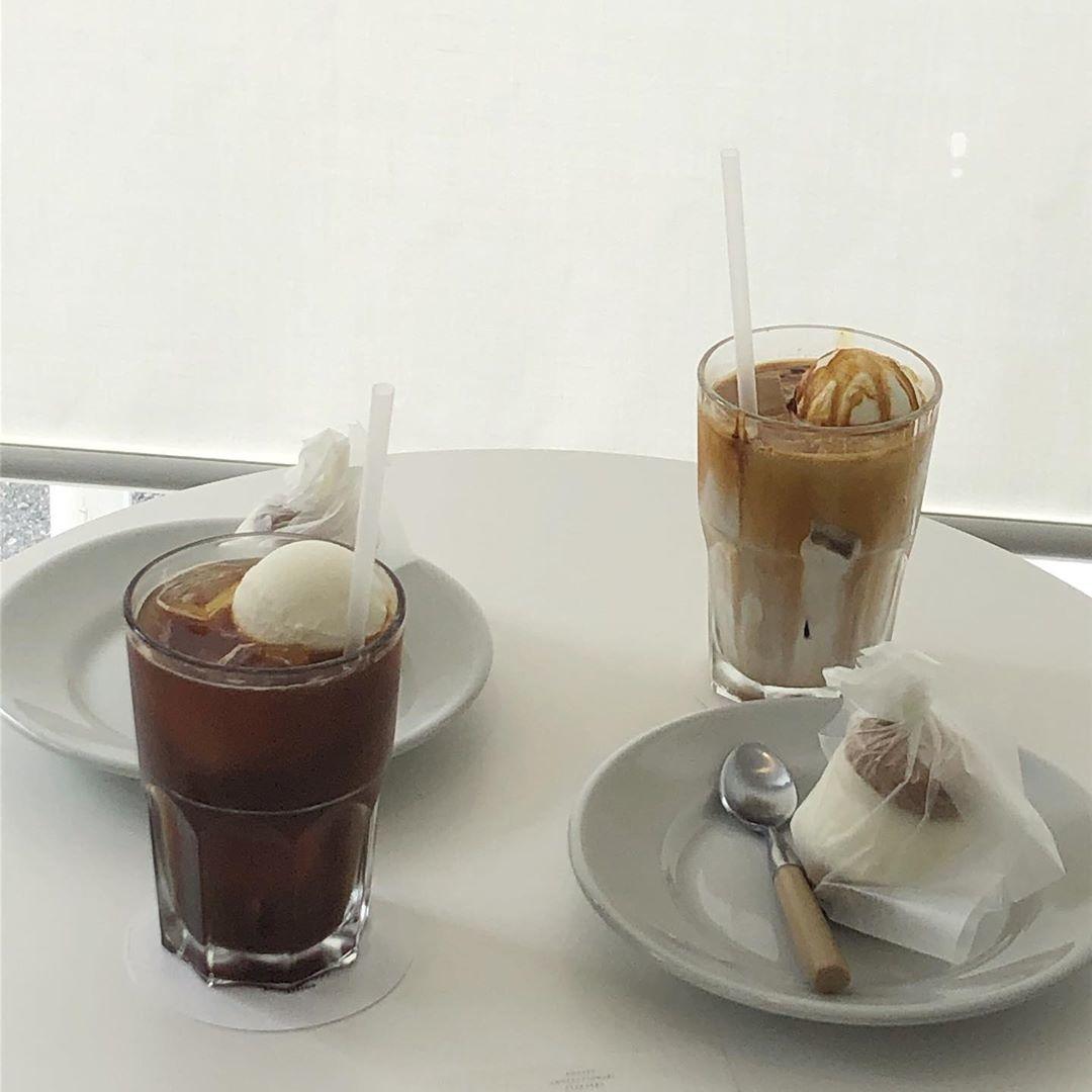 b. リラックスするカフェ