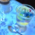 青の照明は、女性を綺麗に見せる光らしい♡勝負デートで行きたい3つのカフェ&バー
