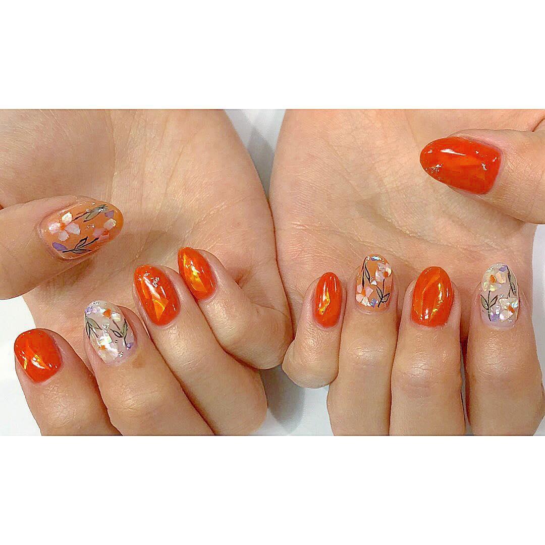 指先はオレンジネイルでいつでも明るく。ジューシーでこなれ感のあるデザインに注目♡