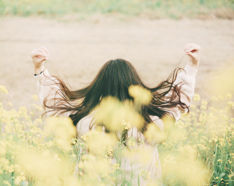 風になびくサラサラの髪