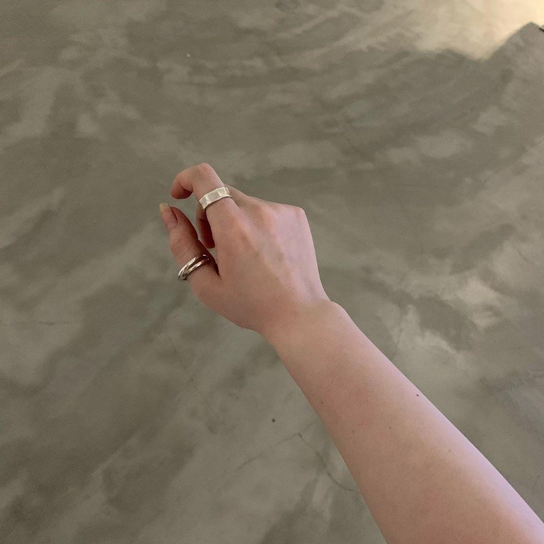 シンプル派さんは、親指・人差し指でこなれ感