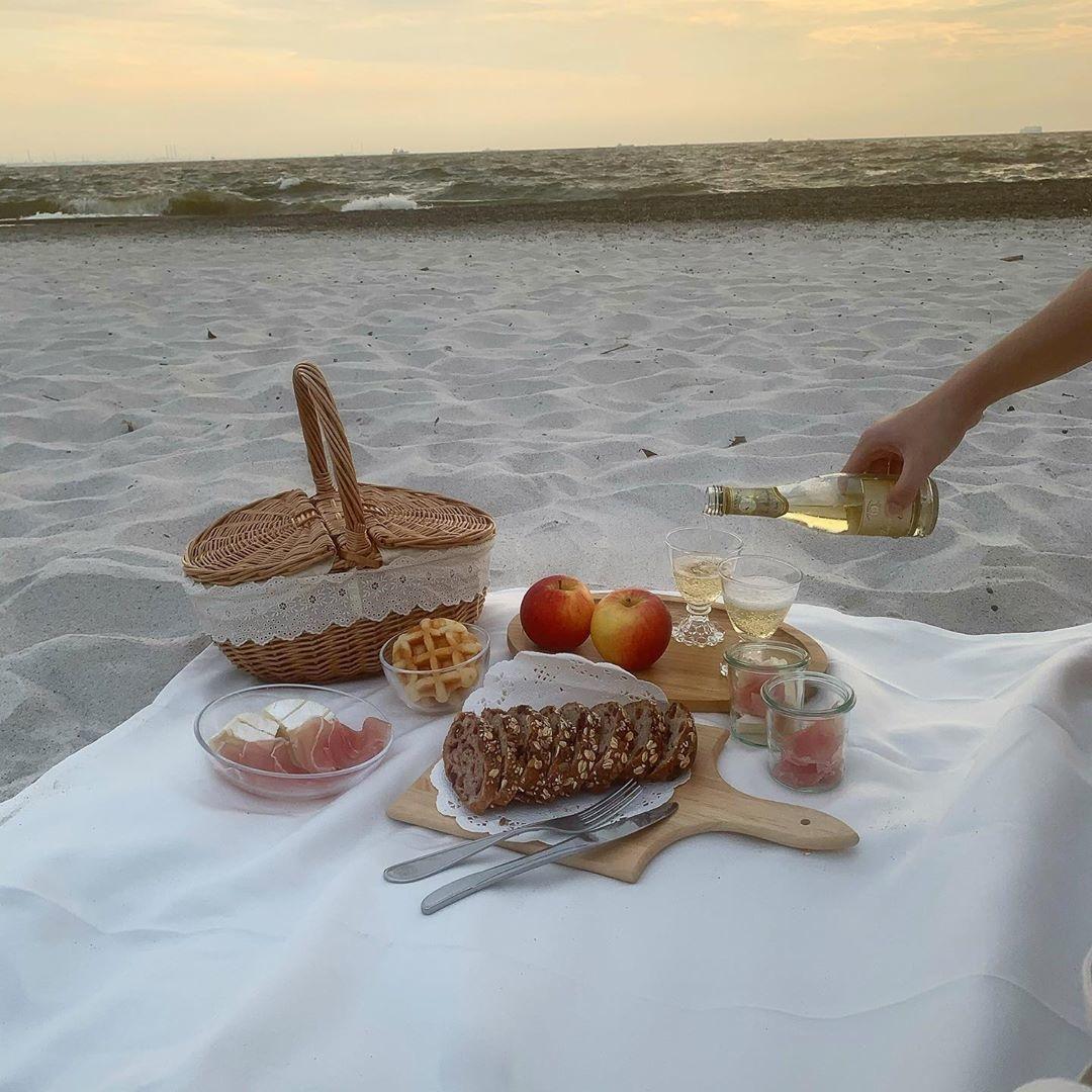 ワイングラスで大人っぽいピクニック