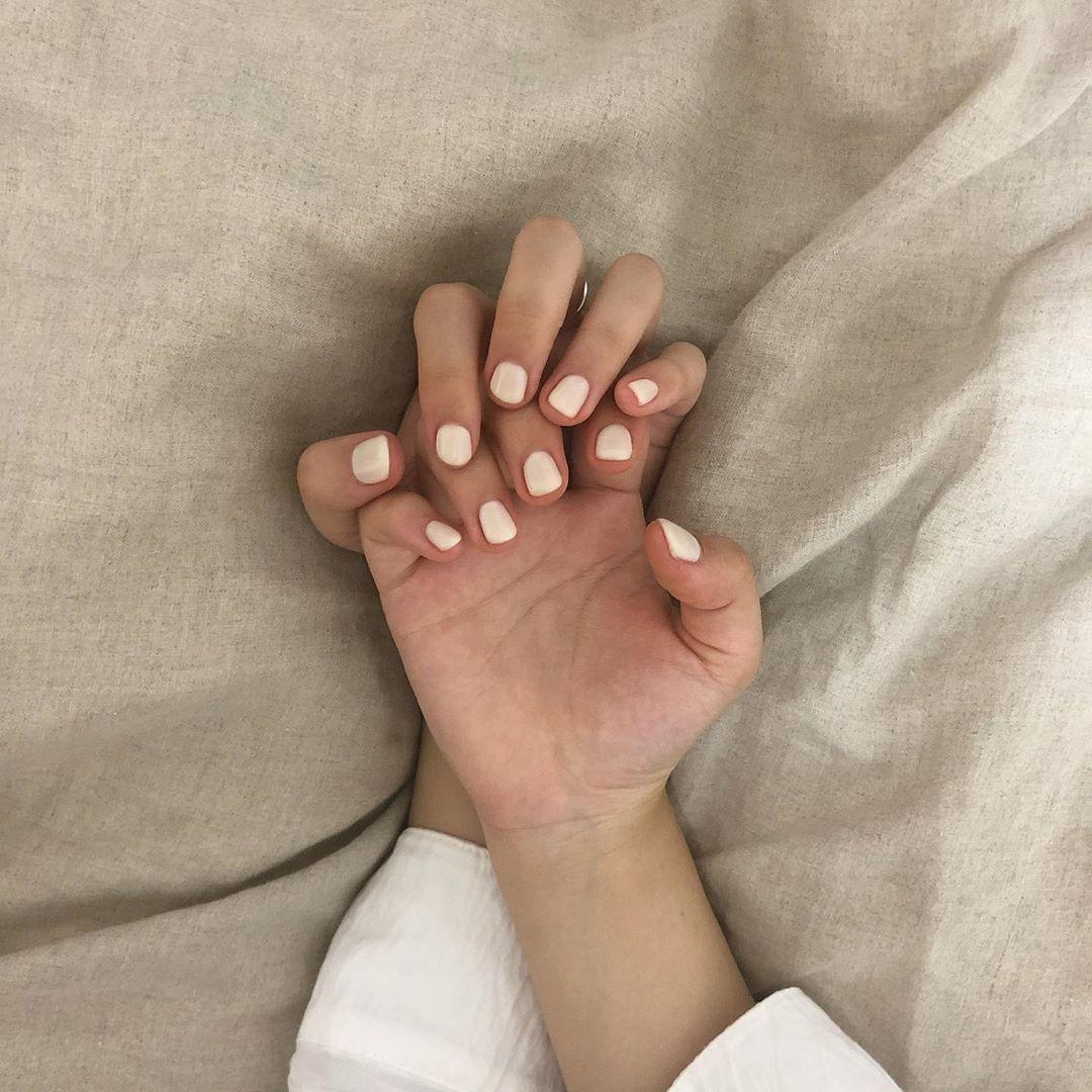 指先から光が出ているようなホワイトネイル