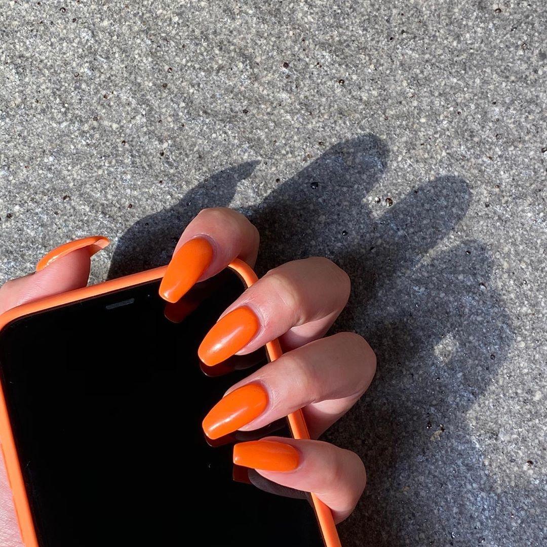明るさから元気をチャージ。オレンジネイルで指先からビタミンを感じてみて♡