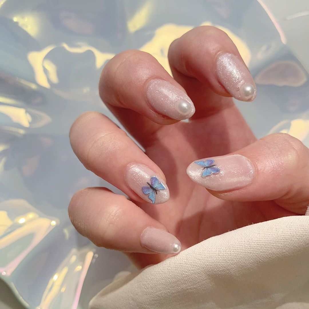 """指先に、そっととまった姿が美しい。上品さを叶える""""蝶々ネイル""""デザイン集"""