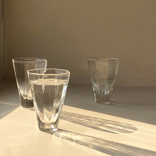 このコップの水を飲み終わる頃には
