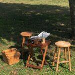小さめの木のイスとテーブル