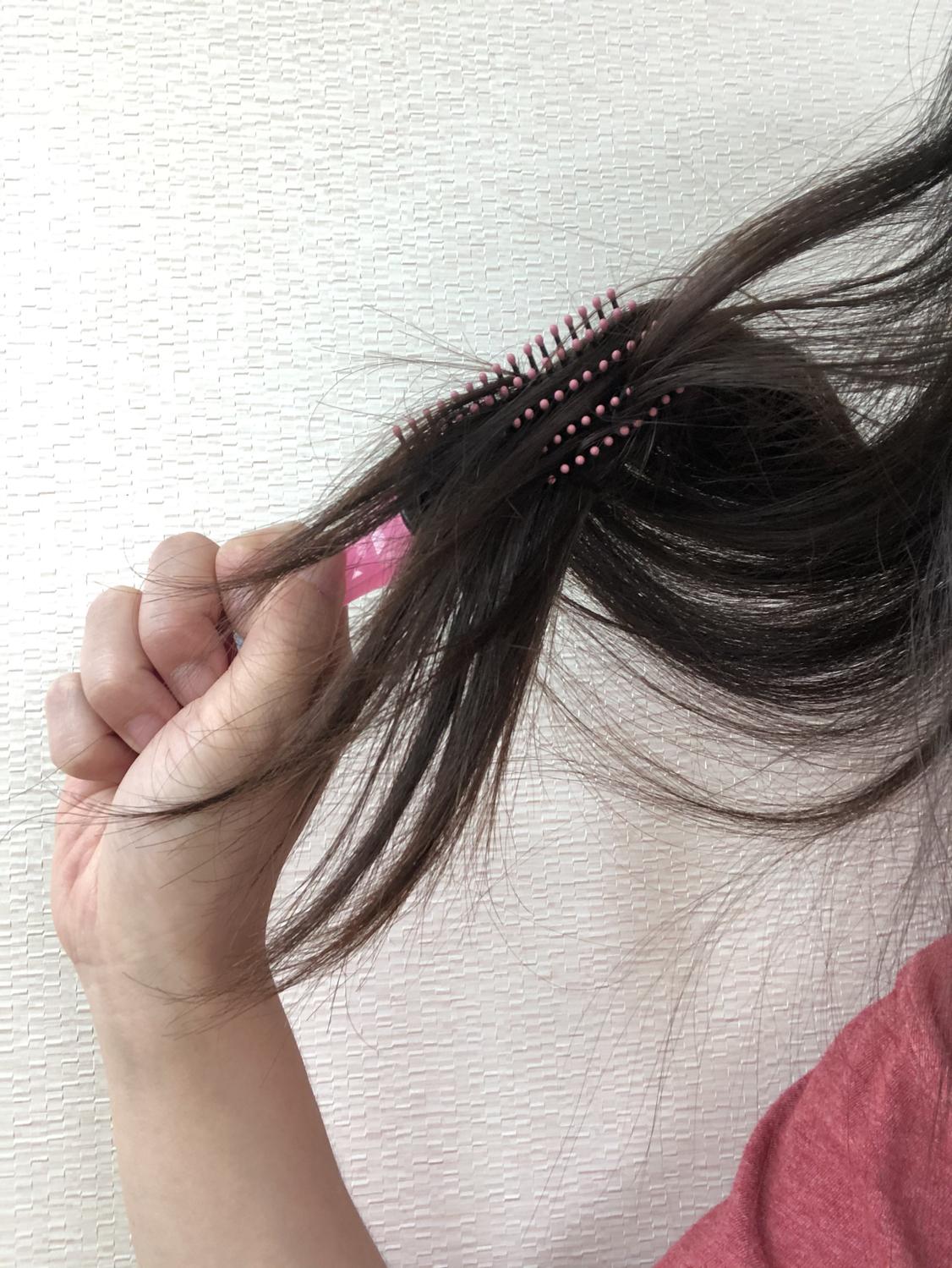 ①くしで髪をとかす